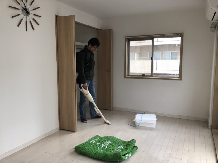 Chồng mình phụ dọn nhà.