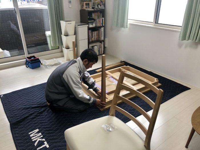 Bên vận chuyển lắp ghép bàn ghế