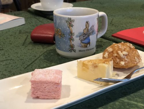 Bánh với trà của cô chú chủ tốt bụng.